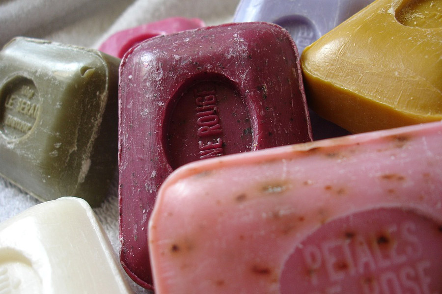 Mezclar fragancias, jabones, cremas y perfumes